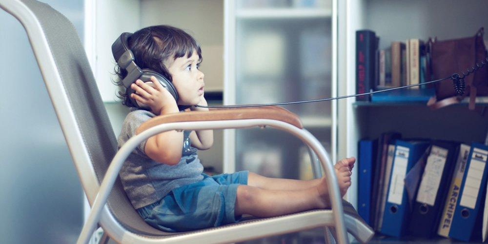音楽を聞く子供