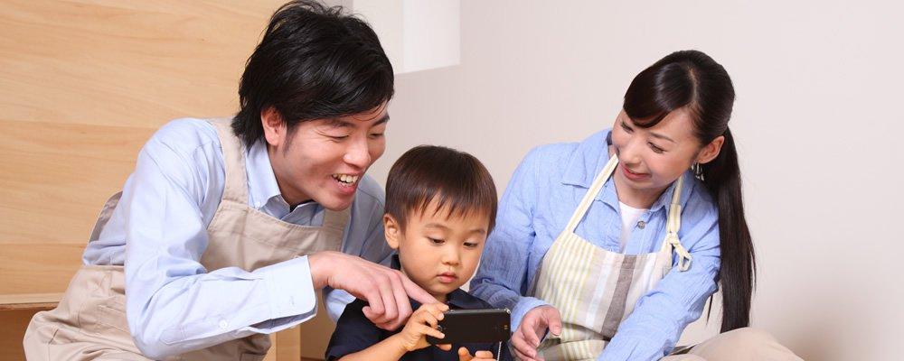 ゲームアプリで遊ぶ子供